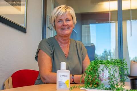 REKTOR: Sissel Merethe Høberg, her avbildet på rektors kontor på Sandnessjøen videregående skole. Flasken med Antibac var også til stede da bildet ble tatt i 2020.