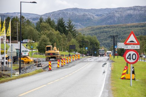 KOLONNEKJØRING: Mandag ettermiddag var det kolonnekjøring gjennom miljøgaten på Leland. Veiarbeidet kommer til å vare en drøy måned til.