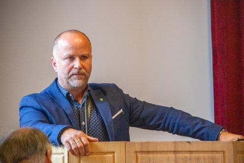 RÅDMANN: Jan Ove Styve i Leirfjord kommune har i sitt forslag til budsjett og økonomiplan foreslått å kutte nærmere 10 millioner kroner i året fra 2022. Her avbildet på et kommunestyre tidligere i år.