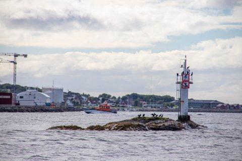 HOLME: Ulykken skal ifølge politiet ha skjedd i nærheten av holmen Suttaren mellom Leirfjord og Sandnessjøen. Her sett fra Leinesodden, med Slipen, småbåthavna og rådhuset i Alstahaug i bakgrunnen.