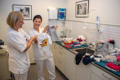 FØDEAVDELING: Dette bildet ble tatt i forbindelse med at fødeavdelingen i Sandnessjøen fikk donert babyklær i september.