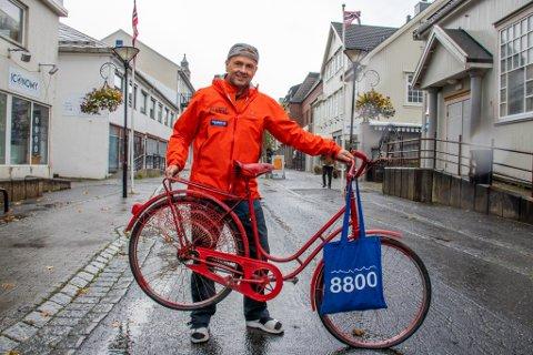 PÅ TO HJUL: Odd Petter Olderskog Leknes sier det vil bli morsomme premier for beste kostyme, beste påfunn og selvfølgelig beste sykkel. Det er foreløpig ikke kjent om denne røde sykkelen får delta på rittet torsdag.