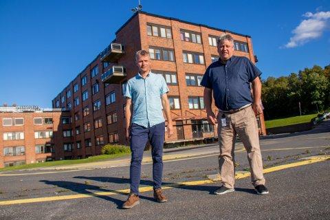AP: Ole Gerhard Rinø og Frank Karlsen i Alstahaug Arbeiderparti mener administrasjonen må gjøre drastiske grep for å gjenreise tilliten til foretaket ute hos folk. Her er de avbildet foran sykehuset i Sandnessjøen.