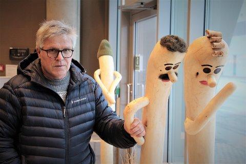 """Kunstner Hans Løvmo er klar med en ny trefigur som har fått navnet """"Outsideren"""", og består av tre figurer satt sammen til en. - Det har kommet innspill at figuren bak er Trygve Slagsvold Vedum, og de to foran er Erna og Jonas, ler han."""