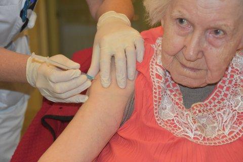 HISTORISK: Mildrid Jøsevold fra Bardal i Leirfjord ble den første som fikk vaksine mot Covid-19 i Rana.