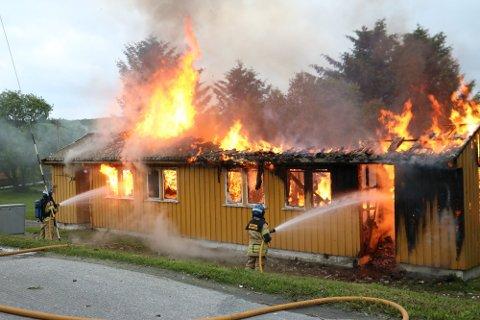 I mai 2018 ble to kommunale leiligheter i Foged Falchsvei i Sandnessjøen satt fyr på. I juni samme år sto fire nye leiligheter i brann. Alle ble totalskadet. I en ny dom er tre personer dømt for ildspåsettelse. Den ene dommen er ikke rettskraftig da den er anket.