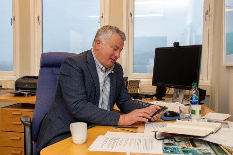 ORDFØRER: Peter Talseth, her på kontoret på rådhuset i Alstahaug, sier han hat invitert Helgelandssykehuset og Helse Nord på besøk.