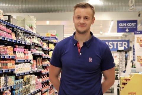 SATSER: Marius Ringkjøb (25) ble valgt som deltaker på Rema 1000 sin Talentskole. I dag er han nestleder på butikken på Lyngåsen, men satser på sikt på å få drive egen butikk.
