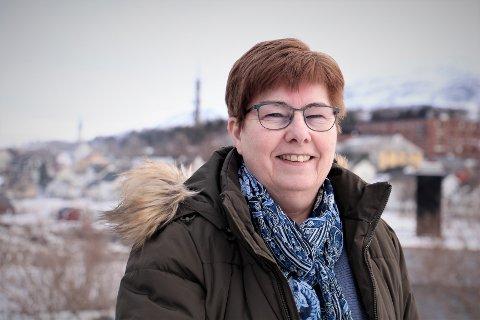 Kirkeverge Tove Hansen er glad for at rehabliteringen av vinduene i Sandnessjøen har gått bra. - Men kostnadene ble størrre en vi hadde regnet med, sier hun til iSandnesjsøen.
