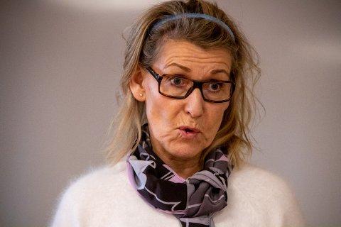 DIREKTØR: Hulda Gunnlaugsdottir er administrerende direktør i Helgelandssykehuset. Her avbildet i Sandnessjøen under et besøk i fjor.
