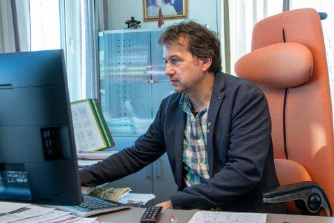 PÅ KONTORET: Ordfører Ivan Haugland (Ap) i Leirfjord ønsker konkurransen fra Telenor velkommen på Leland.