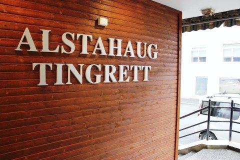 En mann som har jobbet som vikar i Alstahaug kommune krever nå fast ansettelse innen 22. mars, og LO varsler søksmål dersom mannen ikke får dette.