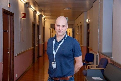 PROSJEKTDIREKTØR: Torbjørn Aas har det overordnede ansvaret for å lose prosjektet Nye Helgelandssykehuset til trygg havn gjennom sin rolle som prosjektdirektør. Her er han avbildet i korridorene på sykehuset i Sandnessjøen.