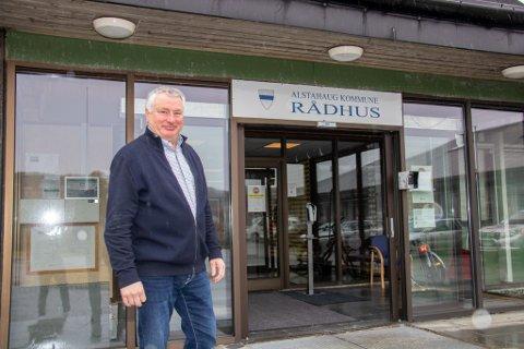 PÅ RÅDHUSET: Ordfører Peter Talseth (Sp) i Alstahaug reagerer på at det er prosjektet Nye Helgelandssykehuset som selv har definert som ligger i begrepet hovedsykehus.