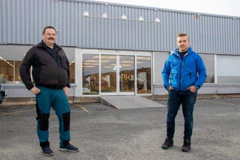 SPENT: Ole Martin Andersen Riesto og Jan Frode Kjeøy åpner torsdag den nye industributikken på Lyngåsen i Sandnessjøen.  Her er de avbildet i slutten av mars, da de overtok selve butikklokalene.