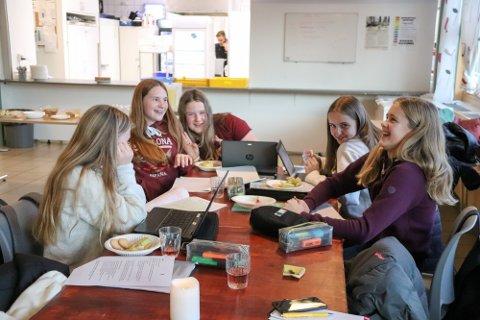 SOMMERSKOLE: Elever i Sandnessjøen vil få ulike tilbud i sommer. - Nå får tusenvis av barn mulighet til å være sosiale og ha det morsomt, samtidig som de lærer nye ting, sier kunnskaps- og integreringsminister Guri Melby.