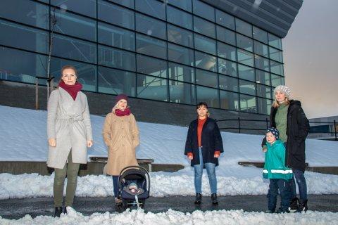 VIL BADE: Småbarnsmødrene Martine Sivertsen, Trine Berg Sellevold, Ann-Cathrin Jørgensen, Kine Lund Lorvik og sønnen Emre Matheus Abelsen (5 år) lengter etter å kunne plaske i Kulturbadet.