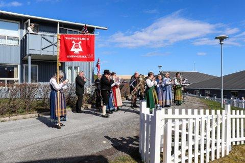 IKKE I ÅR: Hornmusikken spilte på sykehjemmet, Åsheim terrasse, sykehuset og i Leirfjord under fjorårets korona-feiring av nasjonaldagen. I år gjør smittevernreglene det for vanskelig.