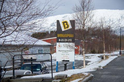 ULOVLIG REKLAME: Det mener i alle fall Nordland fylkeskommune, som har bedt tre bedrifter på Leland om å fjerne reklameskilt som retter seg mot kjørende.