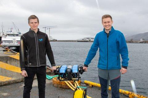 PÅ DYPT VANN: Arbeidsleder André Hanssen i LetSea får nye verktøy på lokaliteten Ystøya utenfor Tjøtta. Det i form av en ROV, som leies ut av Carl Fredrik Theimann i Aspecto Marine.