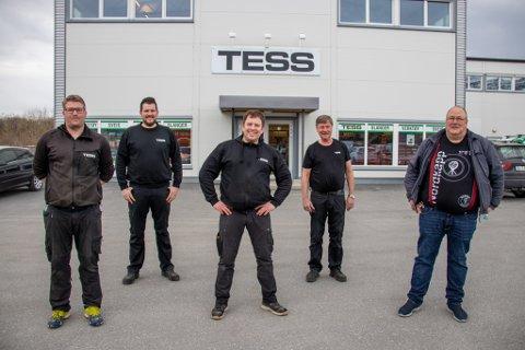 ALLTID BEREDT: Tess-ansatte Rikard Bosness, Erik Johansen, Knut Haugan og butikksjef Roy Olsen. Ytters til høyre er prosjektleder Kjell Magne Tysnes i Equinor i Sandnessjøen.