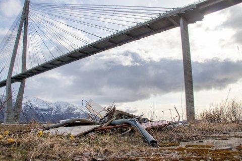 FORTSATT DER: Det ligger fortsatt rester etter byggearbeid og annet avfall ved oppstillingsplassen under Helgelandbrua på Leirfjord-siden.