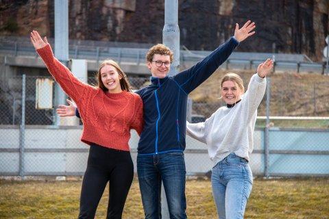 KLARE FOR RUSSETIDEN: Sandra Åsvang, Jørgen Olaisen og Lotte Pettersen skal forsøke å gjøre minst 50 av de 100 russeknutene. Her er de avbildet i rundkjøringen ved skolen. Her blir man også å finne russ gjennom maidagene.