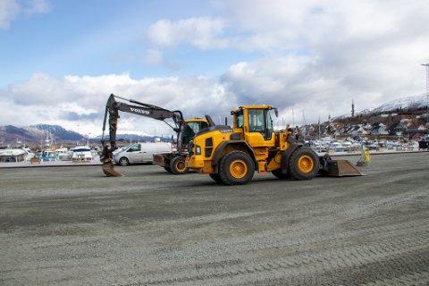 TUNGT MASKINERI: Både gravemaskin og andre anleggsmaskiner jobber i disse dager med å gruse og legge asfalt i området rundt småbåthavna.