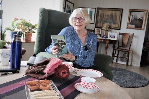 """Solfrid Lorentzsen Mathisen er 78 år og bor i Sandnessjøen. Nå har hun gitt ut sin første diktsamling kalt """"Reisen"""". - Jeg er veldig stolt, sier hun."""