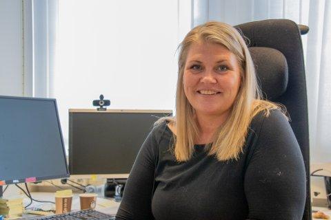 TILBAKE TIL TEGNEBORDET: Kommuneoverlege Kirsten Toft sier at man trolig må legge om vaksineplanene i sommer som følge av skjevfordelingen som regjeringen besluttet onsdag. Her er hun avbildet på kontoret på Rådhuset i Alstahaug.