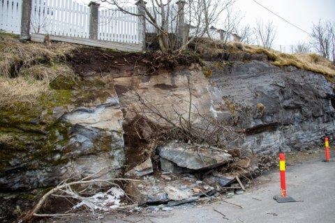 LØSE MASSER: På parkeringsplassen bak Kulturbadet har kommunen gjort forebyggende tiltak i forbindelse med frostsprengning i fjellsiden.