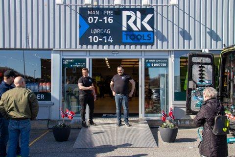 VELKOMMEN INN: Jan Frode Kjeøy og Ole Martin Riesto åpnert dørene til nybutikken klokken 10, og da var det allerede et tyvetalls mennesker som ventet for å komme inn.