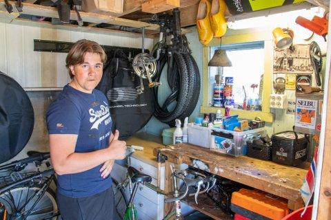KREATIV: Oscar Eiden Lillevik har lagret verktøy og reservedeler i en liten verkstedbod.