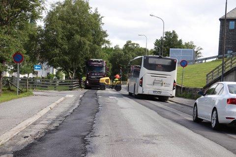 Både Håreksgate, Torolvsgate og Novikveien har hatt dype spor i kjørebanen. I vinter var det to trafikkulykker her som kan være forårsaket av spor i veibanen.