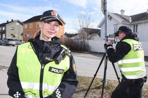 TRAVELT: Politibetjent Anne-Line Finanger i UP fikk det sammen med makker Steffen Hopaneng travelt da de tok oppstilling på Leines på lørdag (bildet er tatt et annet sted ved en tidligere anledning).