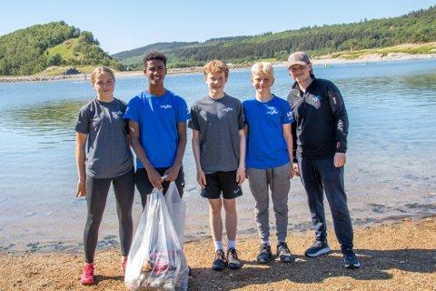 STRANDRYDDING: Astrid Monsen (14), Maekele Yosef (15), Brage Johnsen (14), Erling Føsker (14) og Martin Johnsen markerte fredag at to ukers sommerjobb i LetSea var over for ungdommene.