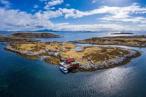 SELGES: Den idylliske fritidseiendommen utenfor Herøy skal selges.