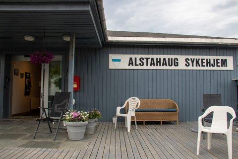 VARME DAGER: Pasienter og ansatte ved Alstahaug sykehjem får det forhåpentligvis litt svalere nå som det er montert solskjerming på vinduene.