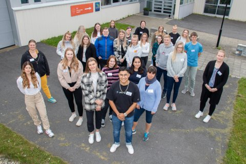 STUDIEKLARE: Nesten 40 studenter markerte en historisk første studiedag på Sandnessjøen videregående skole mandag. Her skal de utdanne seg til å bli sykepleiere gjennom det nye tilbudet.