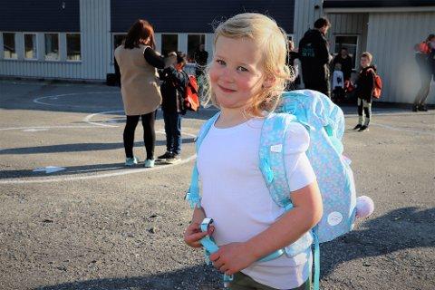 Saga Johansson (5) var spent på sin første skoledag, og hadde med seg mamma Ina Johansen.  - Hun ville ikke ha en oransje eller rosa sekk. Den skulle være blå