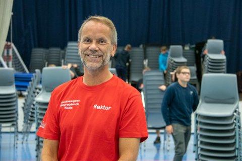KAN SMILE: Rektor Arne Tømmervold har fått en pangstart på tilværelsen i ny jobb i Sandnessjøen. Skolen er i fylkestoppen i resultater, og er nå nominert til Dronning Sonjas skolepris.