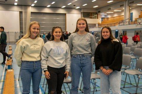 ENGASJERTE: Thea Louise Husmo, Luna Aanonli, Andrea Nøst-Mathisen og Emma Eliassen (alle 17 år) sier de trolig ville stemt Høyre om de hadde hatt stemmerett under høstens stortingsvalg.