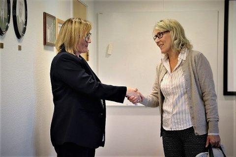 I forbindelse med sine mange innsynskrav avdekket kommunestyrepolitiker mangler i Helgelandssykehusets arkivrutiner. Her møter hun direktør Hulda Gnnlaugsdotter på rådhuset i Sandnessjøen. Gunnlaugsdottir var der for å gi en orientering i forbindelse med saken.