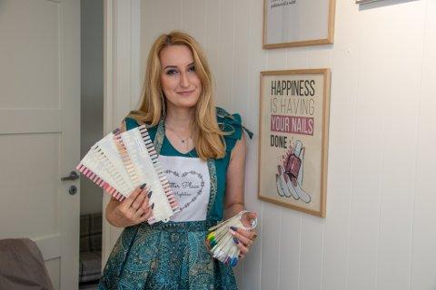 NEGLEDESIGNER: Magdalena Juwko startet i det små med å pynte neglene til familie og venner. Etter hvert ble etterspørselen så stor at hun nå satser for fullt med eget firma.