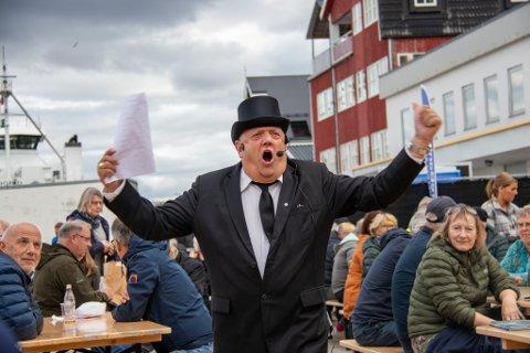 I STORFORM: Auksjonarius Knut Nilsen fikk fram båte latter, engasjement og ikke minst budglede under auksjonen lørdag.