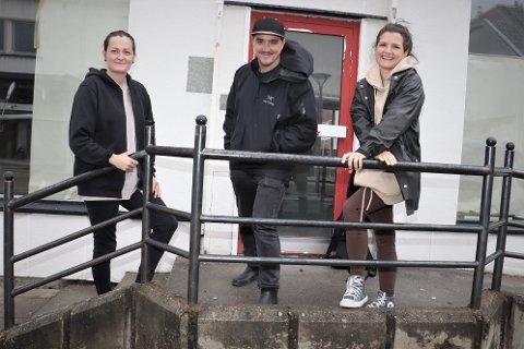 Stine Aleksandersen, Senta Rebecca Lürssen (t.h.) og Pablo Repetti gleder seg til åpningen av Helgeland Kolonial. De håper å være klare til åpning før jul.