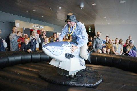 Mowi stiller med rodeolaksen under Sjømatfestivalen i Sandnessjøen. Her skal lokalpolitikerne få prøve seg i konkurranse med hverandre. Bildet er daværende ordfører Bård Anders Langø da han konkurrerte mot Letsea.