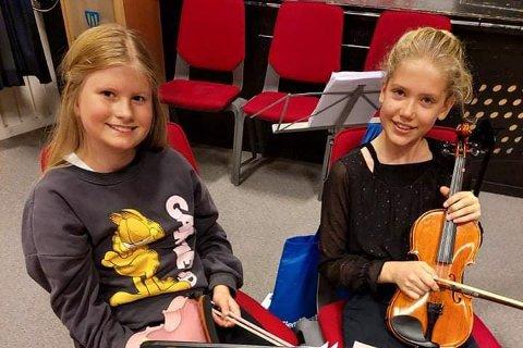 Aurora Flåten og Frida Valåmo Sørnes fra Sandnessjøen spiller begge fiolin, og stortrivdes på strykerseminar på Herøy.