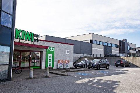 NABOER: Fra våren 2020 blir det to dagligvarebutikker i Verdalen. Rema 1000 kommer i bygget til høyre på bildet.