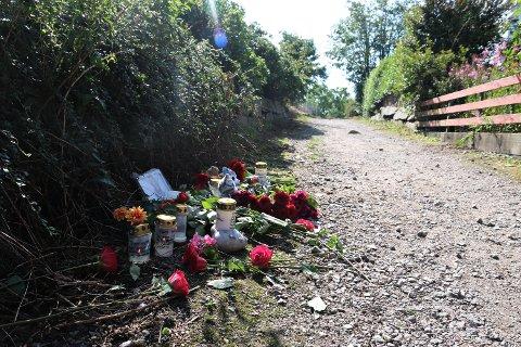 VART DREPEN PÅ VEG HEIM: Sunniva Ødegård blei funnen død ved denne stien på Varhaug. I dagane etter vart det lagt ned både blomar, bamsar og lys ved bildet av 13-åringen.